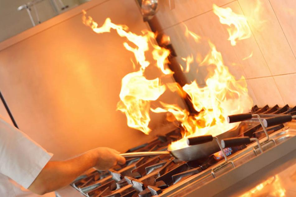 Während des Kochens fing der Herd plötzlich an zu brennen. (Symbolbild)