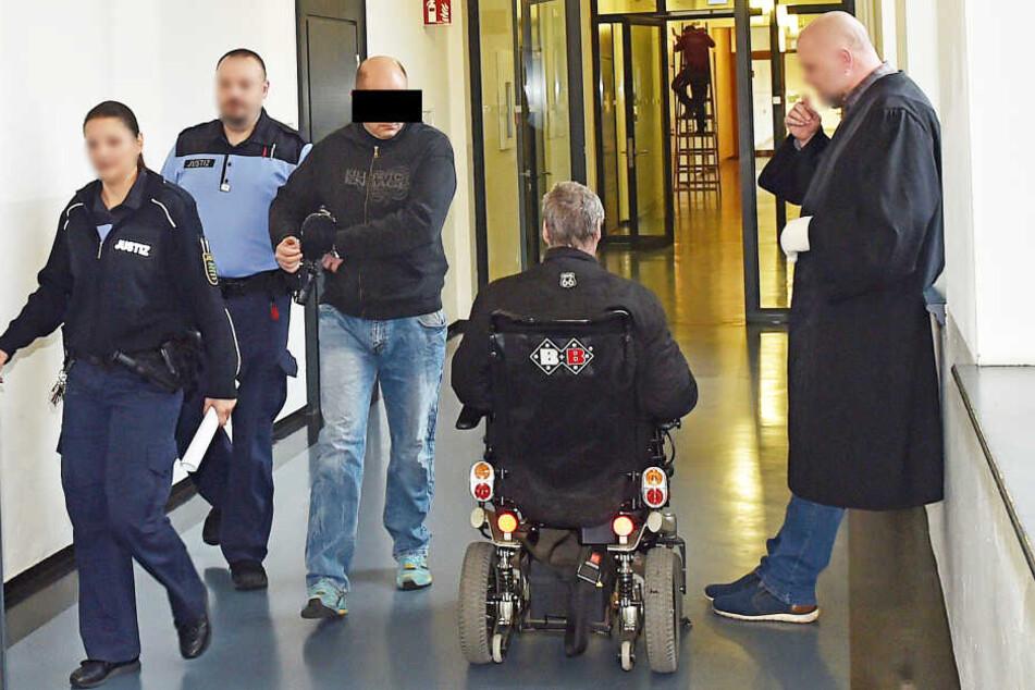 Ziehsohn prügelt Ziehvater im Rollstuhl bewusstlos