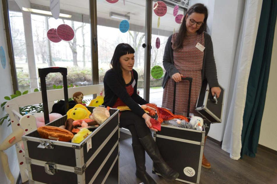 Annett Warmschmidt (38, l.) und Sina Herrmann (29) von der Aidshilfe Chemnitz mit zwei neuen Aufklärungskoffern für Schulen und Jugendeinrichtungen.