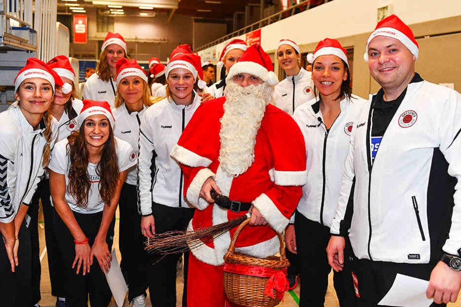 Nach dem 3:0-Heimsieg hatten nicht nur die DSC-Girls, sondern auch der Weihnachtsmann blendende Laune.