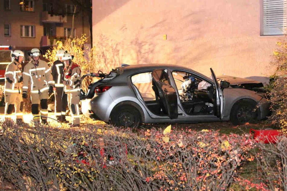 Die schwerverletzte Frau war in dem Mazda eingeklemmt.