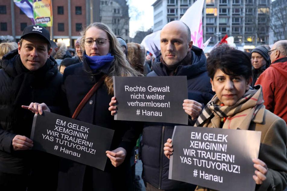 """Mit Plakaten nehmen Kölner Bürger an einer Kundgebung von """"Köln gegen Rechts"""" teil."""