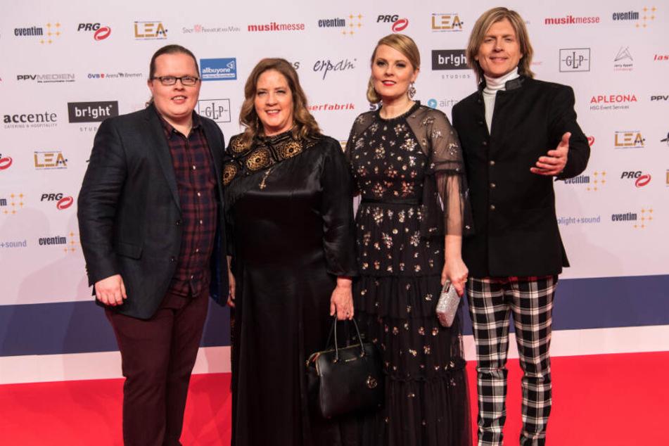 (v.l.n.r.) Angelo Kelly (l-r), Kathy Ann Kelly, Patricia Kelly und John Kelly auf dem roten Teppich beim Live-Entertainment Award.