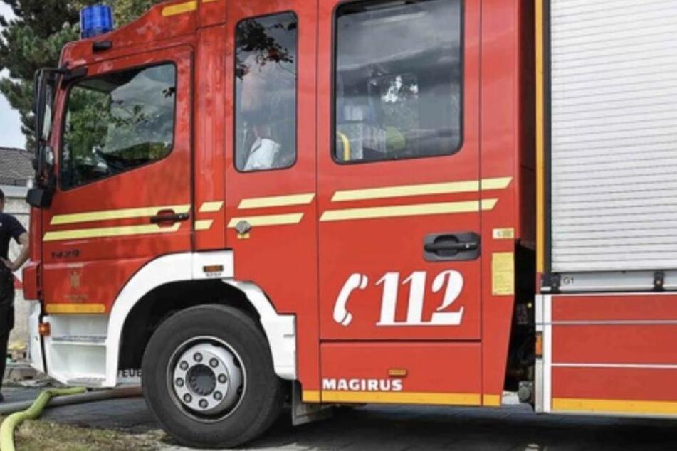 Die Feuerwehr musste den Jungen schließlich aus seiner misslichen Lage befreien. (Symbolbild)