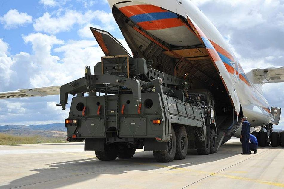 Teile des Raketenabwehrsystems S-400 aus Russland werden auf dem türkischen Luftwaffenstützpunkt Mürted aus einer russischen Antonow entladen.