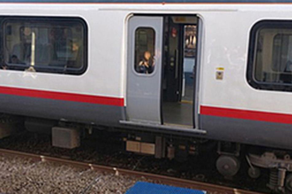 Ein Passant konnte ein Foto der offenen Tür schießen, als der Zug endlich zum Stehen kam.