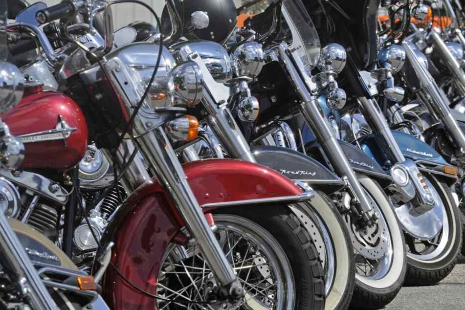 Motorräder stehen in Reih und Glied: Bei Ermittlungen gegen sogenannte Rockerbanden tanzten einige Polizeibeamte womöglich aus der Reihe.