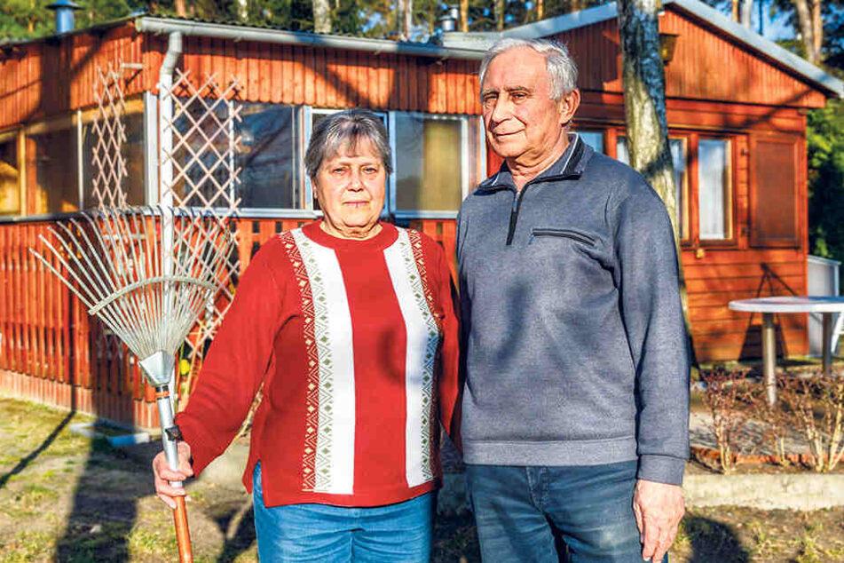 """Roland (76) und seine Frau Thea Helfert (74) haben ihre 97 Quadratmeter große Parzelle 1965 bebaut. """"Mit Genehmigung der Gemeinde"""", sagt Roland, der seit 1962 Rettungsschwimmer am See war. Er sah hier seine Kinder, Enkel und Urenkel aufwachsen."""