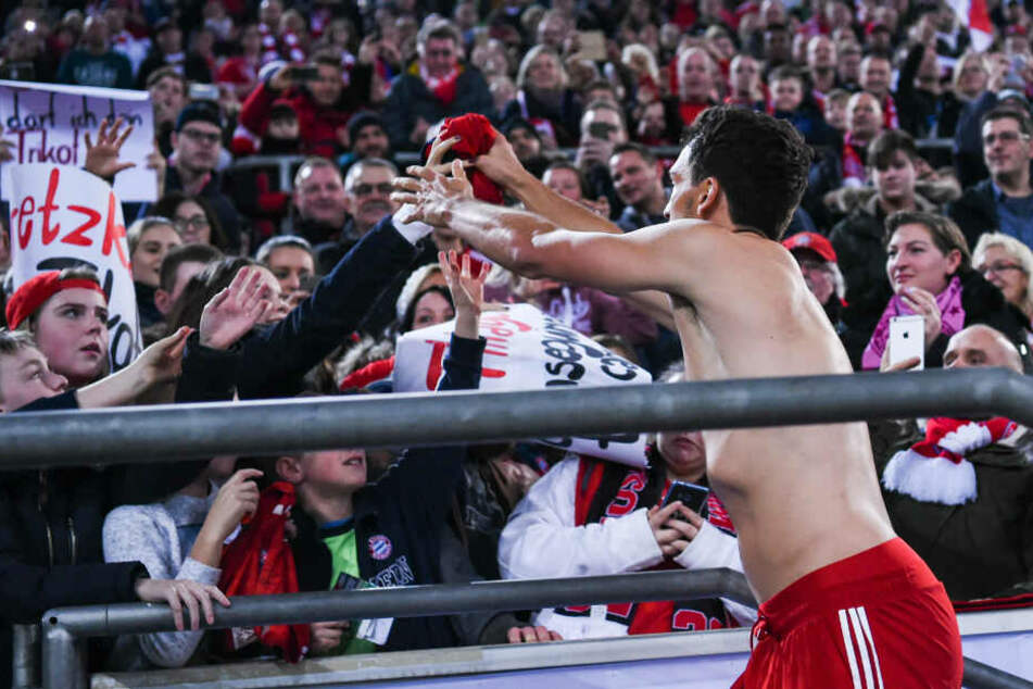 Mats Hummels überreicht einem Fan sein Trikot.