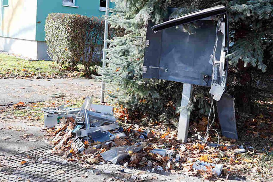 Teile flogen mehrere Meter weit: Wieder Automat gesprengt