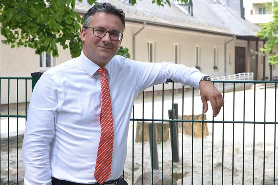 """Kein Sichtschutz gegen Dealer: Elternsprecher Steffen Kühn (41) vor der Kita """"Stupsnasen""""."""