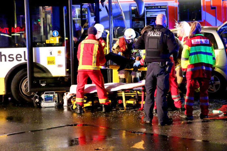 Mehrere Verletzte! Zwei schwere Bus-Unglücke in einer Nacht