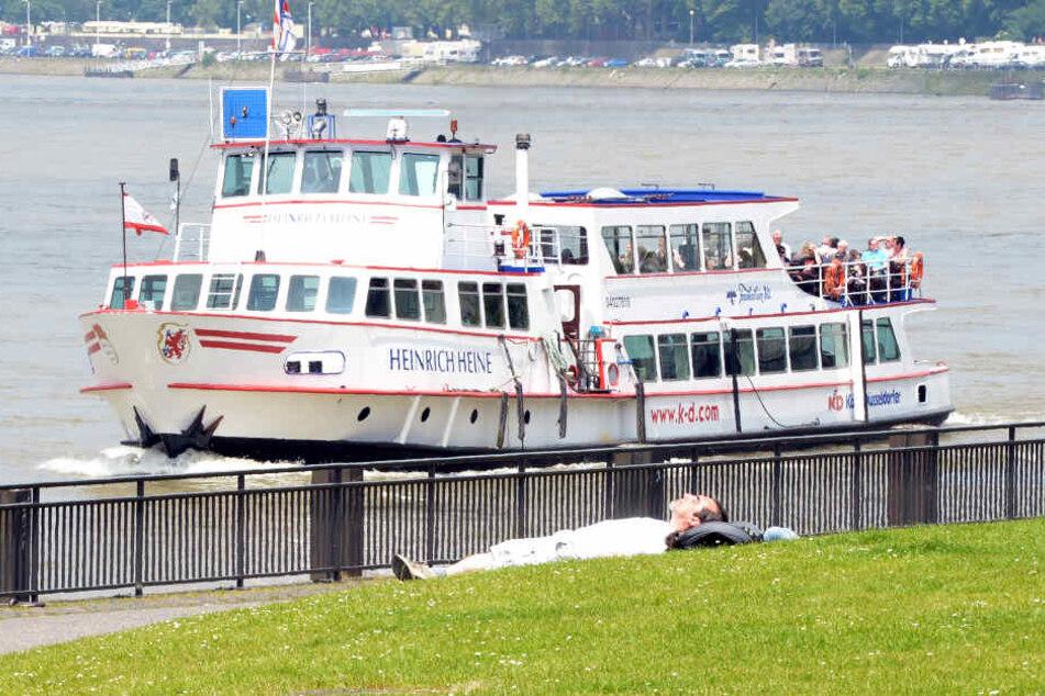 Brand auf Ausflugsschiff mit 40 Passagieren auf dem Rhein