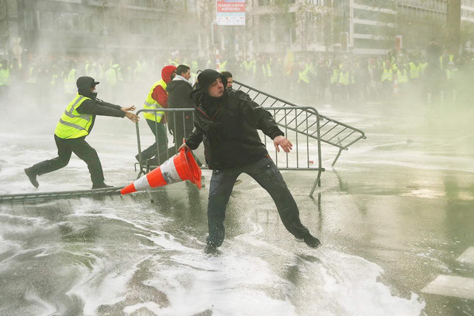 """Die anhaltenden Proteste der """"Gelbwesten"""" gegen zu hohe Spritpreise sorgen dafür, dass bereits sechs Fußballspiele der französischen Ligue 1 abgesagt werden mussten."""