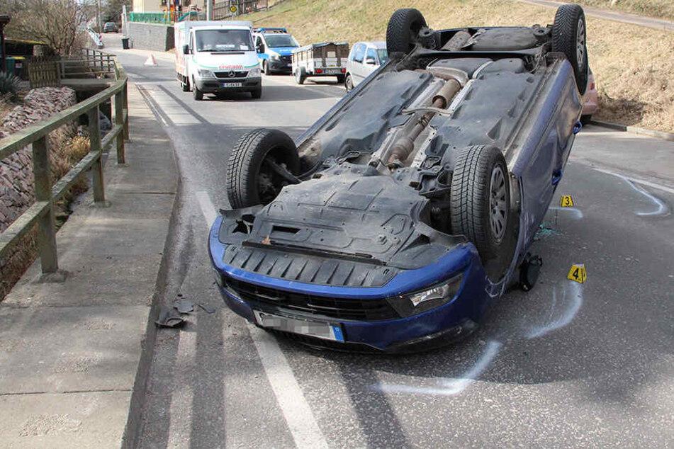 Der Skoda blieb nach dem Unfall auf dem Dach liegen.