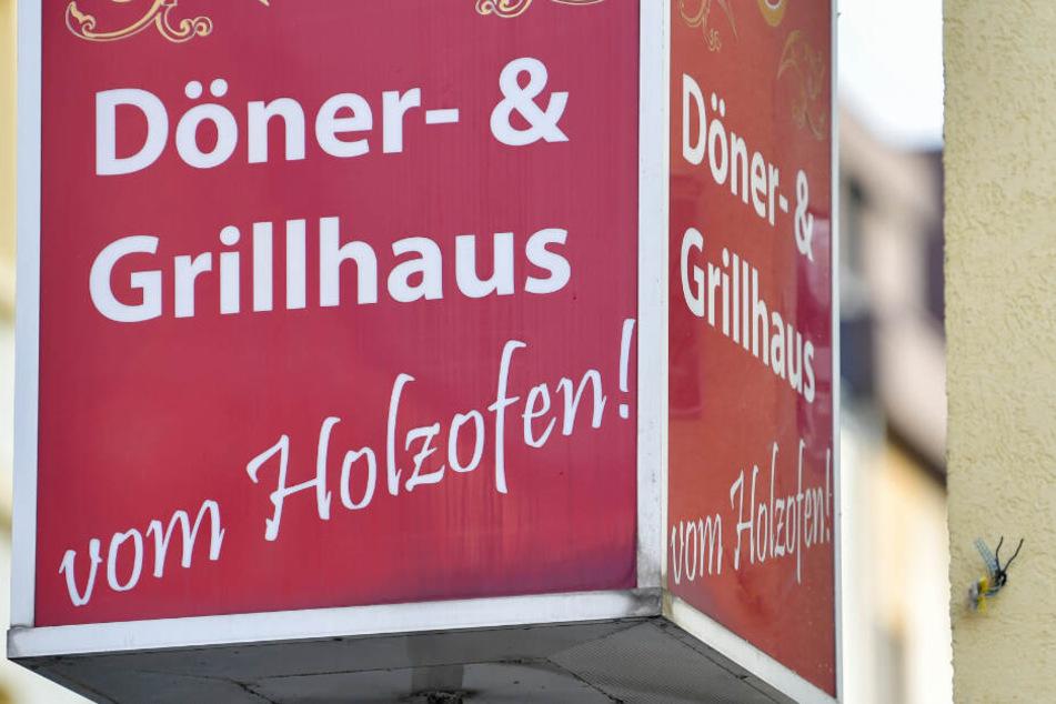 Ein Schild weist auch einen Döner-Imbiss hin.