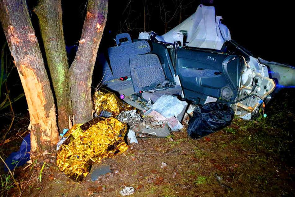 Auto schleudert in Graben: Insassen eingeklemmt!