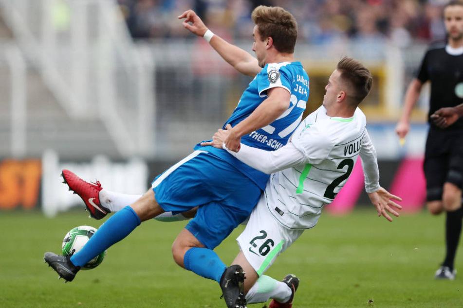Bis zum Schluss wurde um jeden Ball gekämpft - so wie hier zwischen dem Jenenser Julian Günther-Schmidt (l.) und dem Bremer Jannes Vollert.