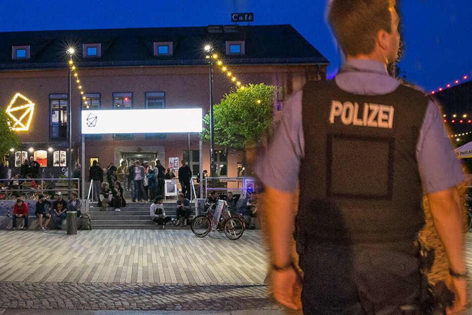 Messer-Attacke in der Neustadt! Mann tritt auf sein Opfer ein