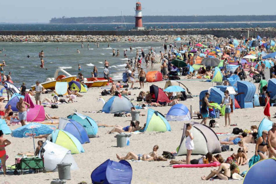 Menschenmassen tummeln sich am Strand an der Ostsee.