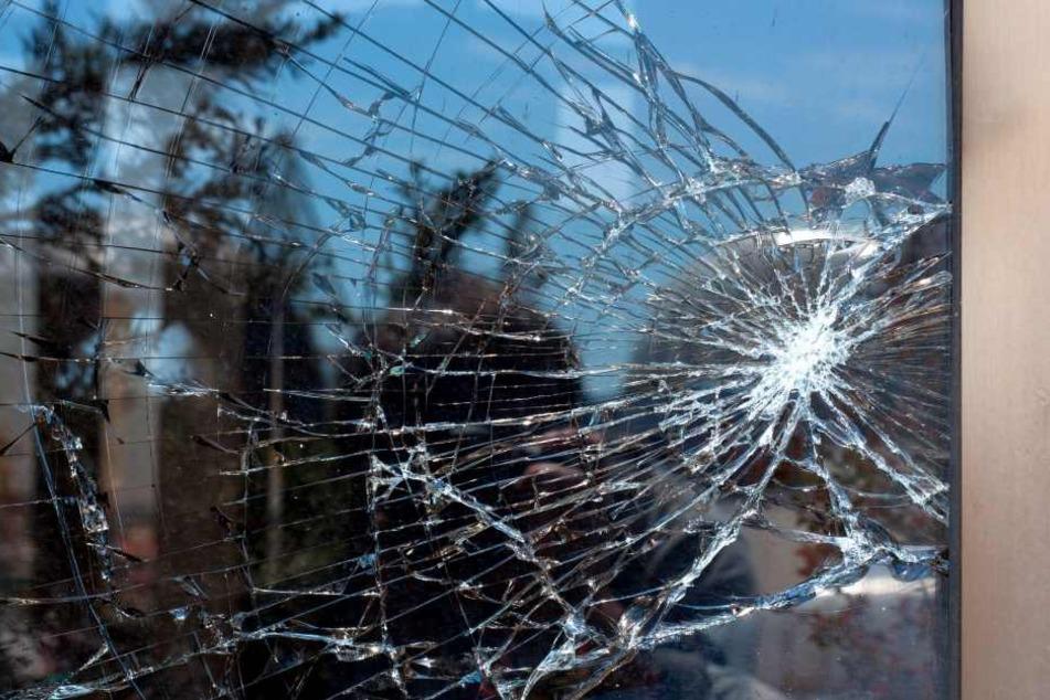 Um in die Wohnung eines Bekannten zu gelangen, beschädigte der Täter u.a. eine Fensterscheibe. (Symbolbild)