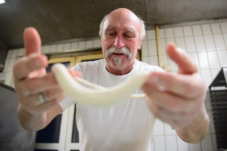 Bäckermeister Thomas Frank schlingt in Stuttgart schwäbische Brezeln.