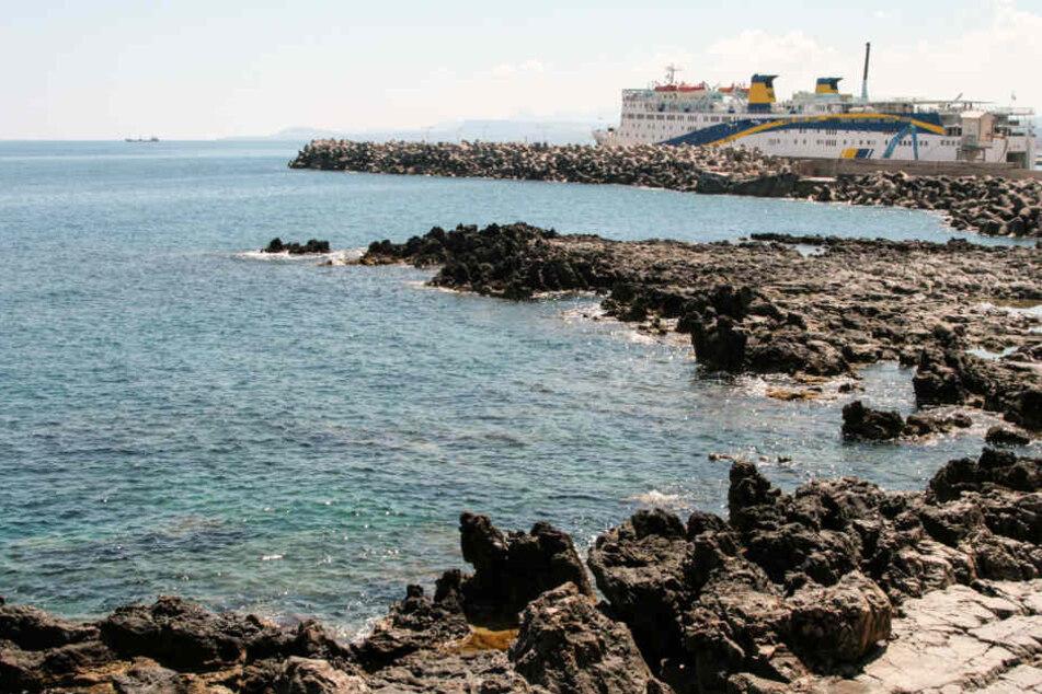 Die Frau wurde vom Strand in Rethymno hinausgetrieben.