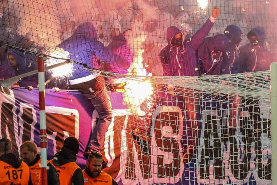 Hertha-Fans zündeln im Gästeblock.