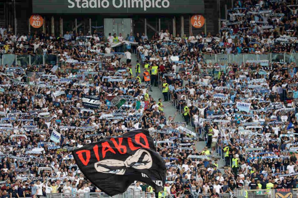 Fans von Lazio Rom halten Schals und schwenken eine Fahne vor Beginn des Spiels.