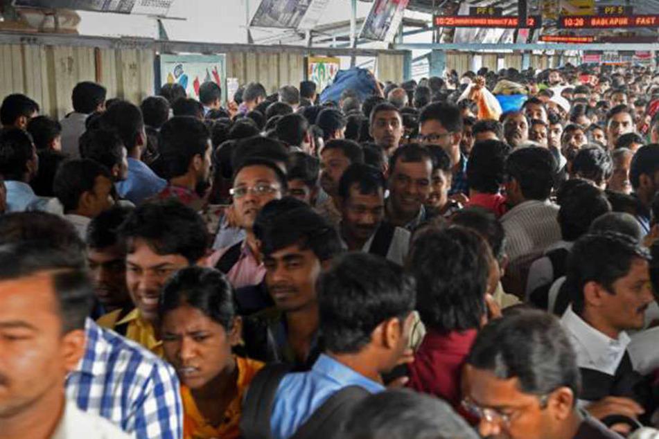Tausende Menschen sind täglich an den Bahnhöfen unterwegs. Viele von ihnen freut das gratis WLAN.