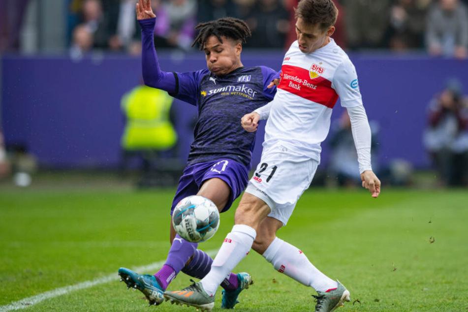 Stuttgarts Philipp Klement (r) und Osnabrücks Felix Agu kämpfen um den Ball.
