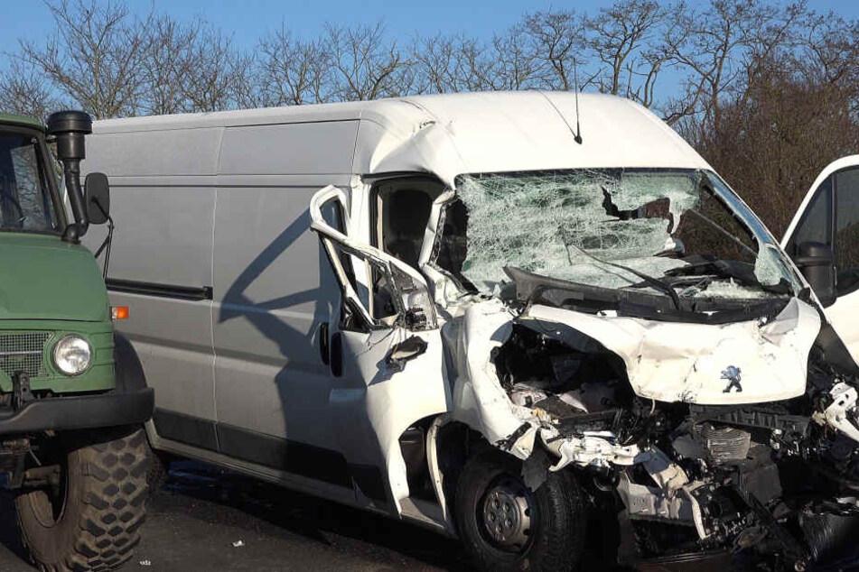 Weil ihn die Sonne blendete konnte der Fahrer des Transporters nicht mehr schnell genug reagieren und fuhr auf einen vor ihm fahrende Klein-Lkw auf.