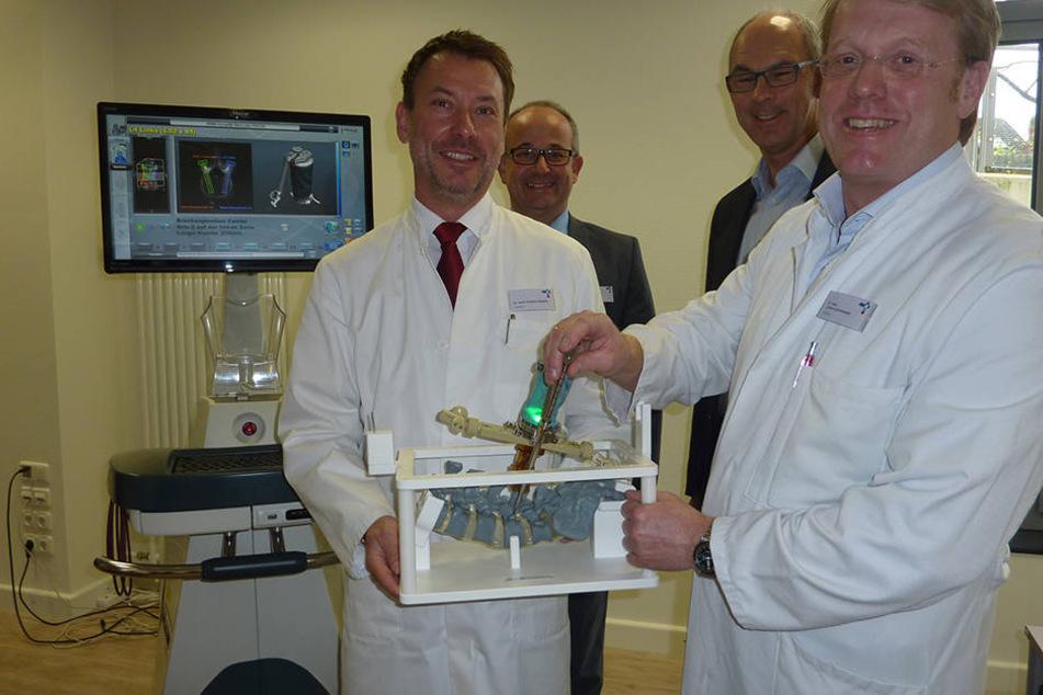 Die Neurochirurgen Dr. Gregory Köppen (li.) und Dr. Carsten Schneekloth, sowie Christoph Robrecht (Hausoberer, re.) und der stellv. kaufm. Direktor Markus Illigens.