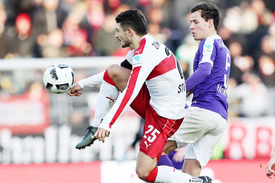 """Auch nach Stuttgart müssen die """"Veilchen"""" um Clemens Fandrich (r.). Matthias Zimmermann und sein VFB siegten in Aue 4:0."""
