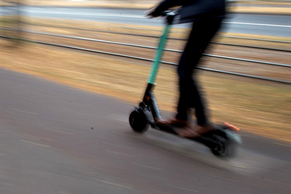 In Falkenstein im Harz fanden zwei Fahrradfahrer einen toten Mann, der mit einem E-Roller unterwegs war. (Symbolbild)