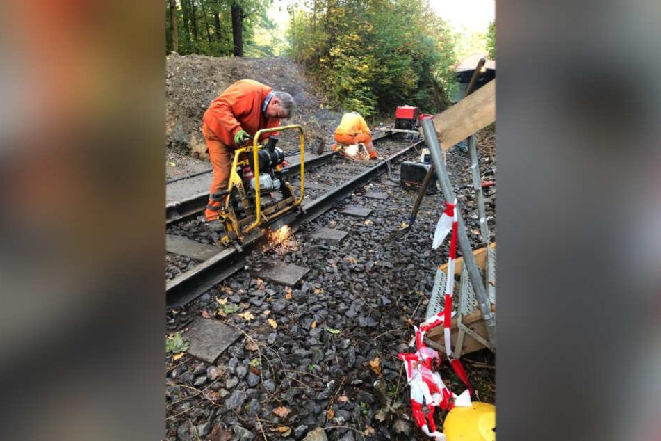 Bauarbeiter sanieren die Gleise an der Drahtseilbahn Augustusburg.