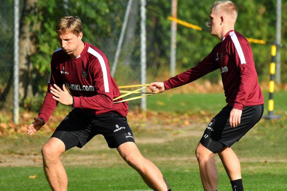 Kaum zu halten: Luka Stor (r.) hält Marco Hartmann an Gummibändern.