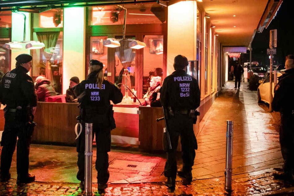 Polizisten bei einer Razzia gegen kriminelle Clans in Bochum.
