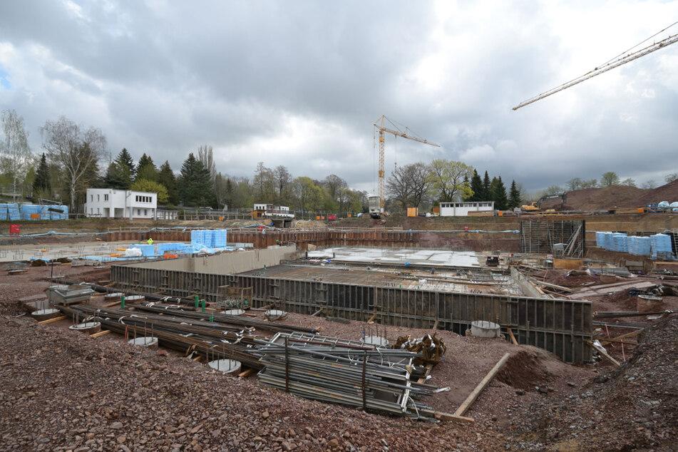 Die Baustelle des neuen Schwimmsportkomplexes in Bernsdorf macht Fortschritte. Kosten: 15,3 Millionen Euro.
