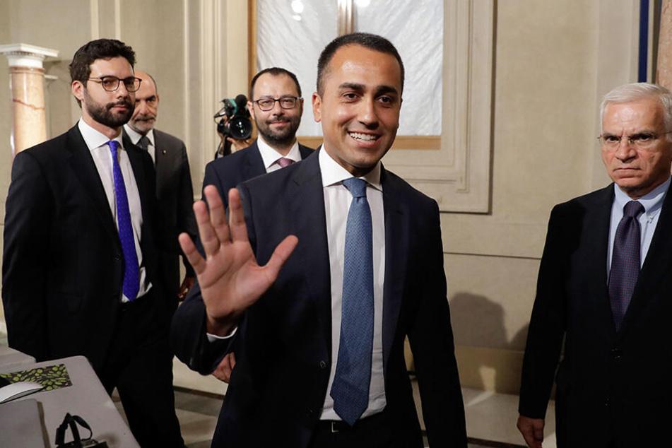 Der Chef der Fünf-Sterne-Bewegung in Italien, Luigi Di Maio (Mi.), nach einem Treffen mit dem italienischen Präsidenten Mattarella im Präsidentenpalast in Rom am Mittwochabend.