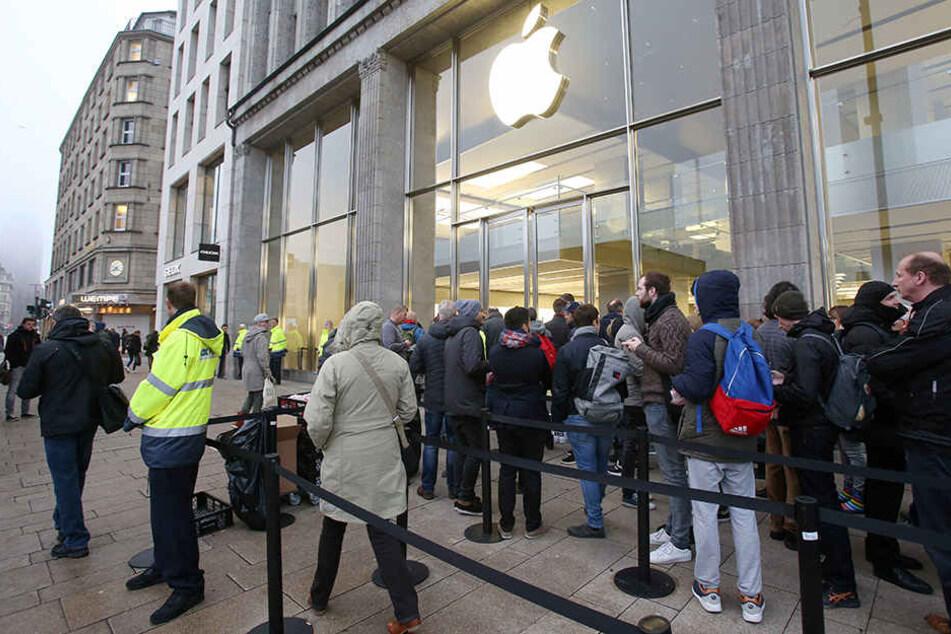 Wieder lange Schlangen: Für das iPhone X standen vor vielen Apples Stores, wie hier in Hamburg, zahlreiche Kunden an.