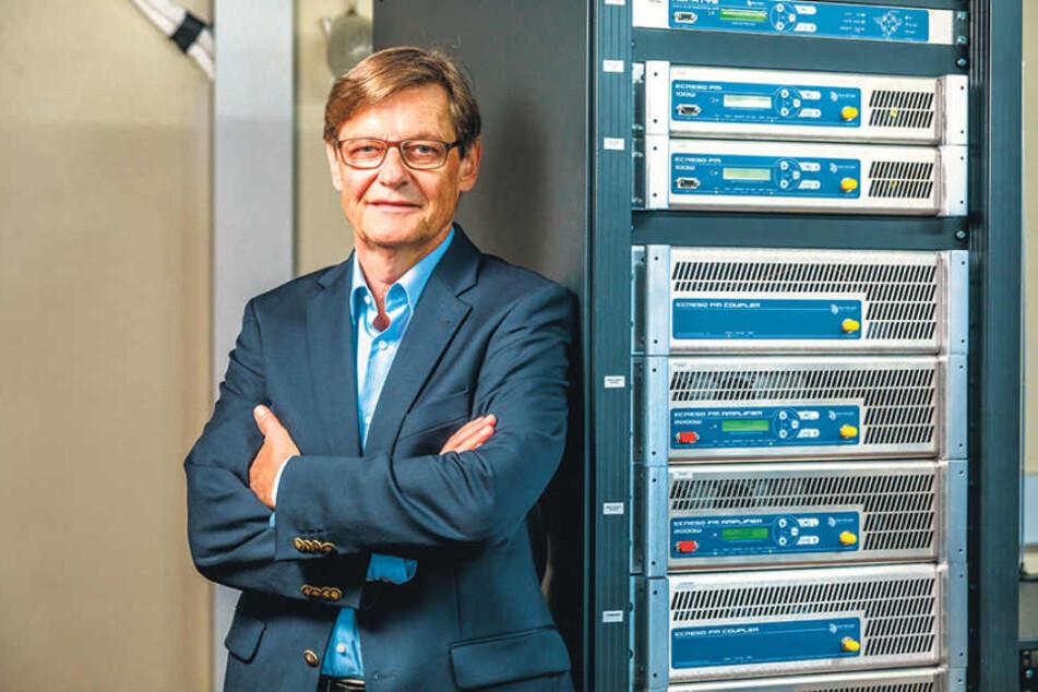 Friedrich A. Menze (60), Geschäftsführer bei Radio PSR und R.SA, vertraut  Uplink bei der UKW-Sendetechnik.