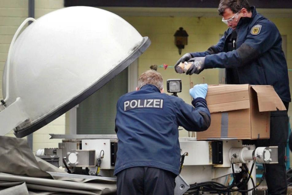 Die Polizei bei der Böller-Razzia.