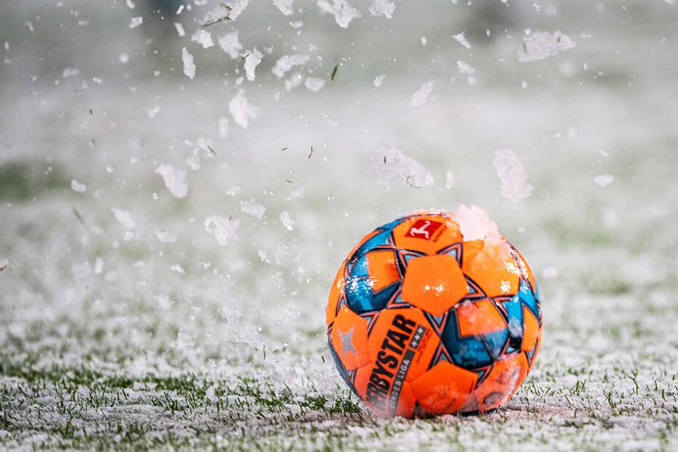 Der Ball wurde immer wieder von den Schneemassen ausbremst. Wirklicher Spielfluss war und ist nicht möglich.