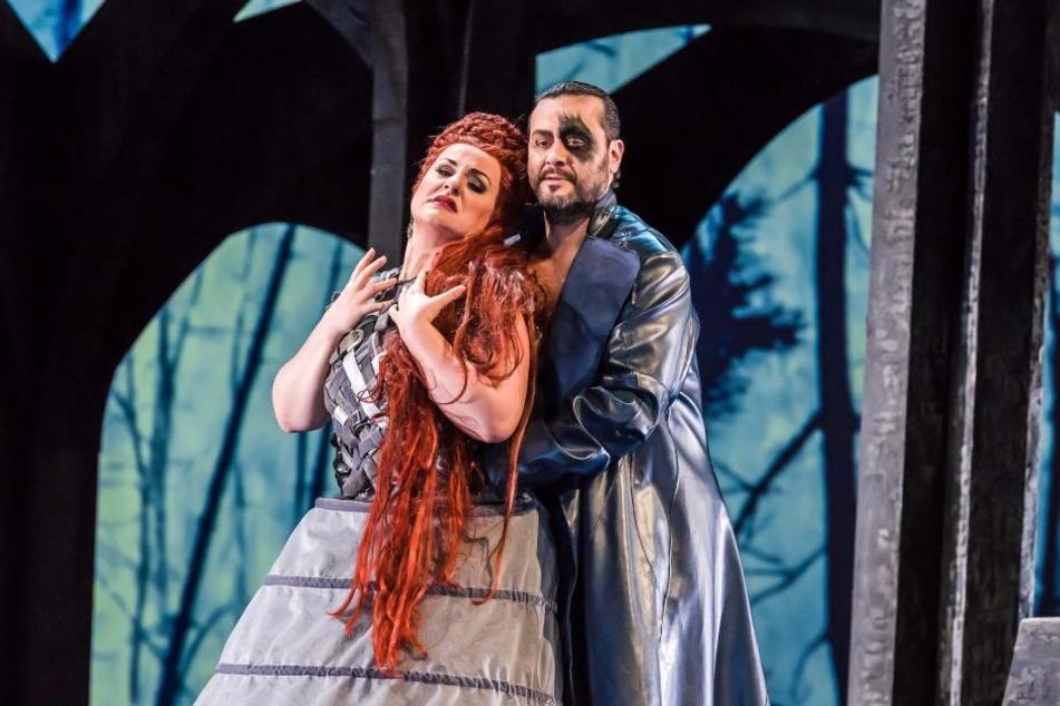 Der Grieche Aris Argiris brilliert als Wotan, Monika Bohinec stellt seine Frau Fricka dar.
