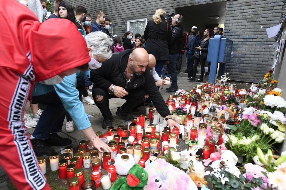 In Solingen kamen Samstagabend viele Menschen zusammen und trauerten um die fünf kleinen Kinder.