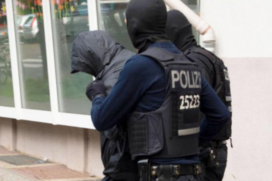 Berliner Polizisten führen einen Verdächtigen einer libanesischen Großfamilie ab. (Symbolbild)