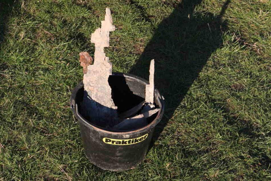 Die verbliebenen Reste der Bombe wurden in einem Eimer eingesammelt.