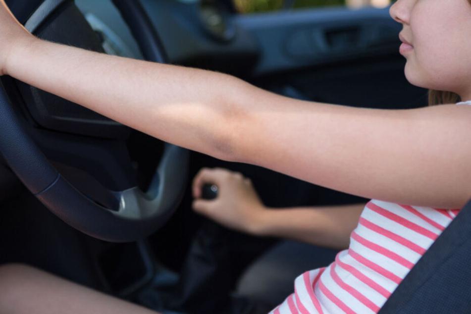 Das Mädchen sollte anscheinend schonmal lernen, wie es ist, ein Auto zu fahren. (Symbolbild)