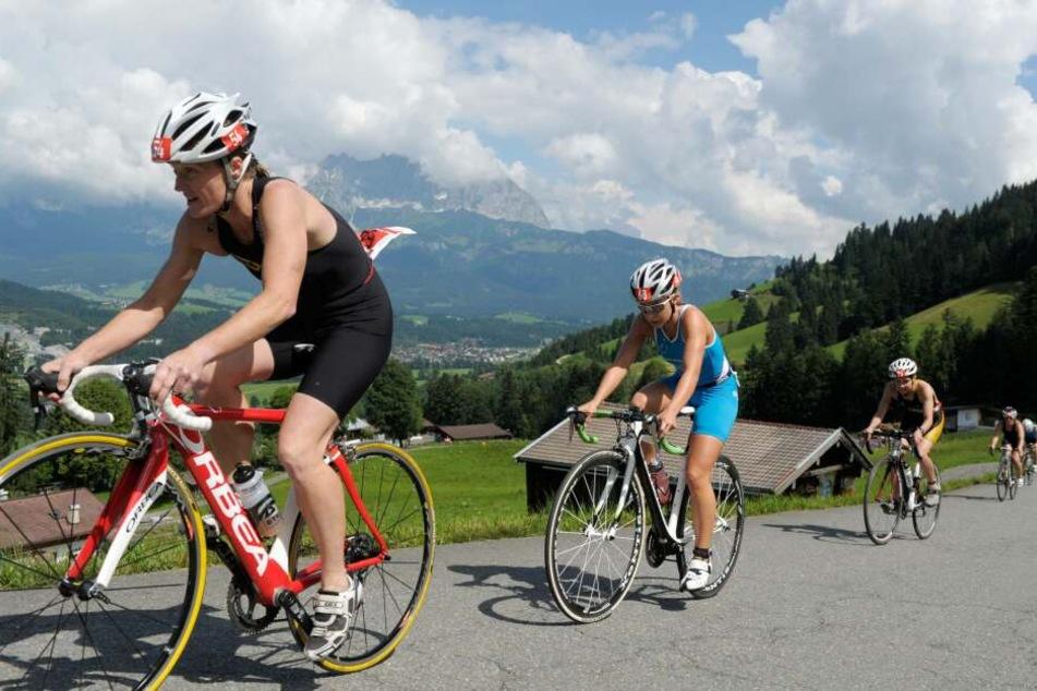Nathalie Birli (Mitte, blauer Anzug) während eines Triathlons 2013 in Kitzbühel.